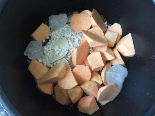 红薯绿豆汤,然后将绿豆、西米、海底椰和老冰糖放入电压力锅中