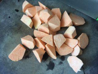 红薯绿豆汤,红薯去皮后切成大块