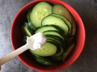 腌黄瓜,黄瓜洗净后切厚片,撒一点盐拌匀腌渍半小时。黄瓜腌好后倒出多余的水分。