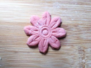 花花的黑洋酥馒头,用模具再刻几朵小花