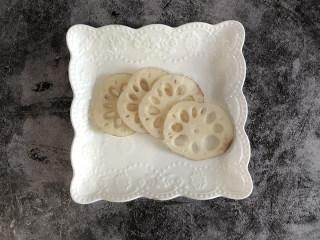 藕炒豆芽,将鲜藕削掉外皮在切成薄片。