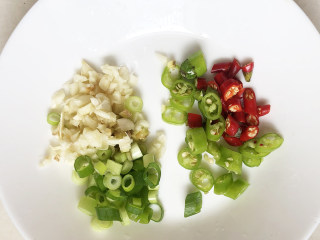 藕炒豆芽,将杭椒和小红辣椒洗净切成丁,再将蒜瓣去皮拍碎。