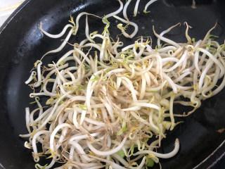 藕炒豆芽,热锅,倒入适量的葵花籽油,倒入蒜蓉爆香,再放入豆芽继续翻炒片刻。