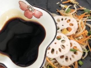藕炒豆芽,调入酱油,增加菜品的鲜香味,继续翻炒均匀。