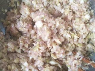 猪肉卷心菜酸汤饺子,把馅料顺时针搅拌均匀,饺子馅就做好了