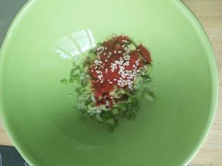 猪肉卷心菜酸汤饺子,碗里放葱沫,辣椒粉,芝麻