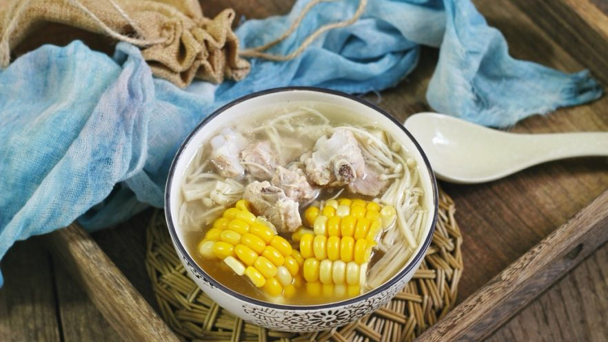 快手正餐  玉米金针菇排骨汤