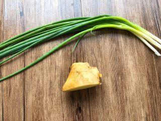 盐水虾,葱20g,生姜10g