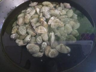 秘制炒花甲,然后把花甲放入水中。