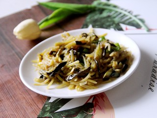 家常土豆丝炒茄丝,装盘吃吧。