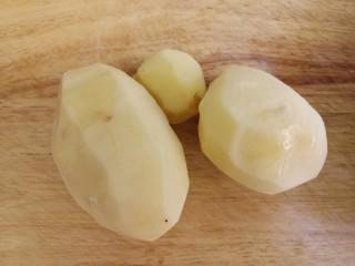 土豆炖排骨,把土豆洗干净,去皮。