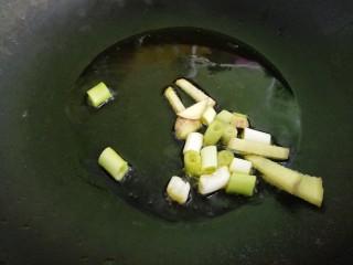 土豆炖排骨,把葱姜爆香。