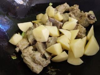 土豆炖排骨,再加入土豆炒。