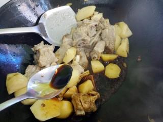 土豆炖排骨,再加一勺生抽。