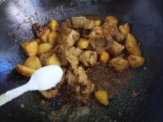 土豆炖排骨,小火炖十五分钟,再加一勺盐。