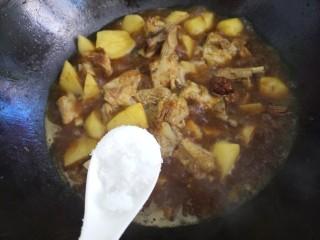 土豆炖排骨,再加一勺糖。