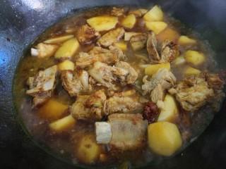 土豆炖排骨,然后加入适量的水。