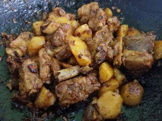 土豆炖排骨,再炖五分钟即可。