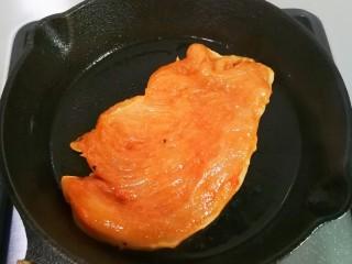法式沙拉酱锅煎香甜鸡脯肉,热锅热油放入鸡脯肉煎至下面金黄,发硬