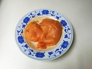 法式沙拉酱锅煎香甜鸡脯肉,放入香甜烤和清水抓匀,放入冰箱冷藏腌制一晚