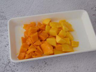 芒果牛奶冰棍,芒果去皮切成小块