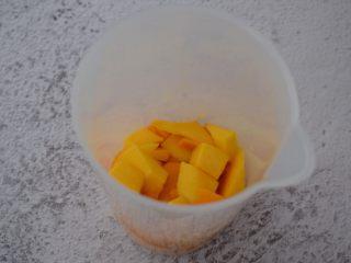 芒果牛奶冰棍,把芒果放入料理杯中