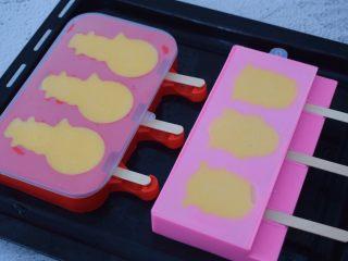 芒果牛奶冰棍,盖上盖子放入冰箱冷冻至硬即可