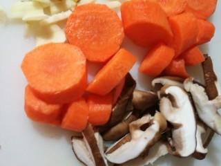 快手正餐 虾仁香菇烧豆腐,葱姜蒜、胡萝卜、香菇切片,玉米洗净