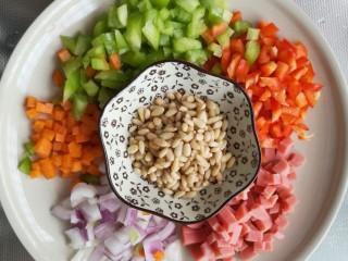 松子玉米,所有食材切成和玉米差不多大的丁