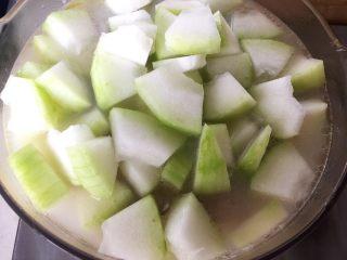 冬瓜小排汤,炖半小时(此时应该能闻到肉香了)后放入冬瓜,炖至冬瓜软烂(约20分钟左右),根据个人口味加盐,就好了