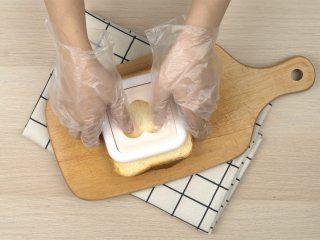 网红爆浆珍珠吐司,不粘锅内放入黄油5g,小火烧热,放入口袋吐司,煎至双面金黄