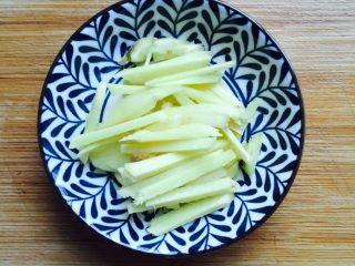 下酒菜+姜葱炒梭子蟹,姜洗干净去皮切成丝备用