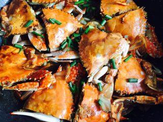 下酒菜+姜葱炒梭子蟹,翻炒均匀,香味扑鼻而来😍