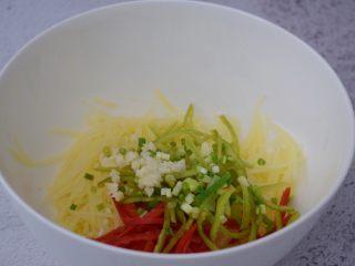 凉拌土豆丝,加入青椒、红椒、葱花、蒜末