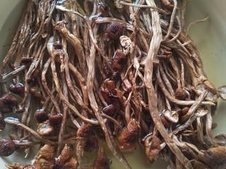 茶树菇闷烧鸡块,干茶树菇泡发