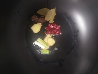 茶树菇闷烧鸡块,油热放入葱姜蒜,香叶,草果,花椒,干辣椒炒香