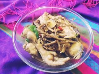 茶树菇闷烧鸡块,加少许鸡精翻炒一下出锅