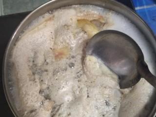 茶树菇养生鸡汤,水开撇掉血沫