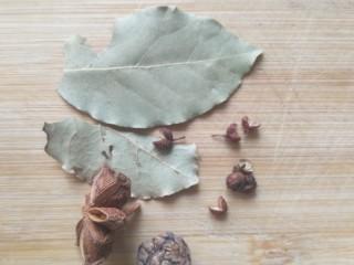 茶树菇养生鸡汤,准备香叶2片,花椒少许,八角一个