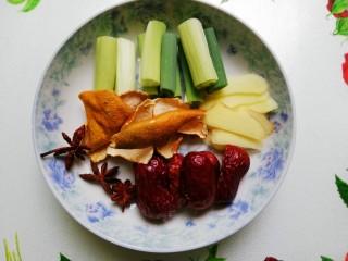 白萝卜炖羊腿,调味品洗净改刀备用