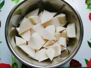 白萝卜炖羊腿,白萝卜洗净去皮切滚刀块