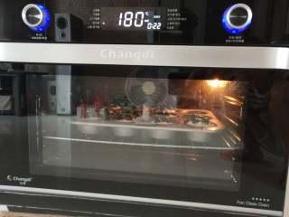 大吉大利,晚上吃鸡--吃鸡小蛋糕,烤箱预热180度!我用的空气烤30分钟,至酥粒表面金黄即可