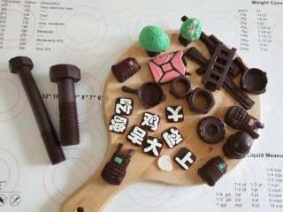 大吉大利,晚上吃鸡--吃鸡小蛋糕,烤蛋糕的时间可以做装饰!将巧克力隔水融化,挤入模具中!等巧克力凝固以后脱模