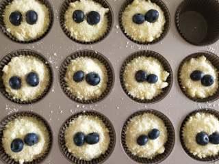 大吉大利,晚上吃鸡--吃鸡小蛋糕,从冷冻室拿出酥粒,洒在蛋糕上,每个小蛋糕上摆两粒蓝莓