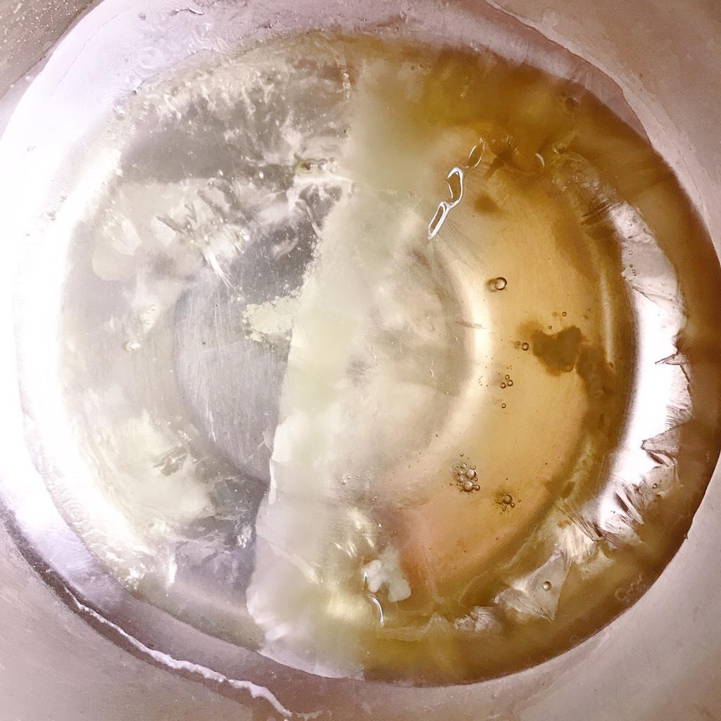 网红爆浆珍珠蛋糕,蛋清在冰箱冷冻一下,滴入两滴白醋和一点点盐</p> <p>开始打蛋白时预热烤箱