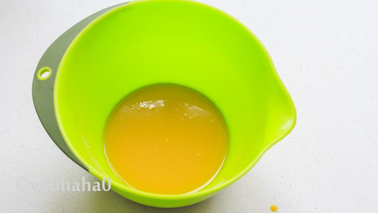 酸奶纸杯蛋糕,蛋黄中放入玉米油,用手持打蛋器搅拌至乳化状态。