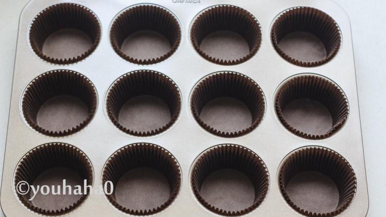 酸奶纸杯蛋糕,蛋糕模具中提前放入纸杯待用。