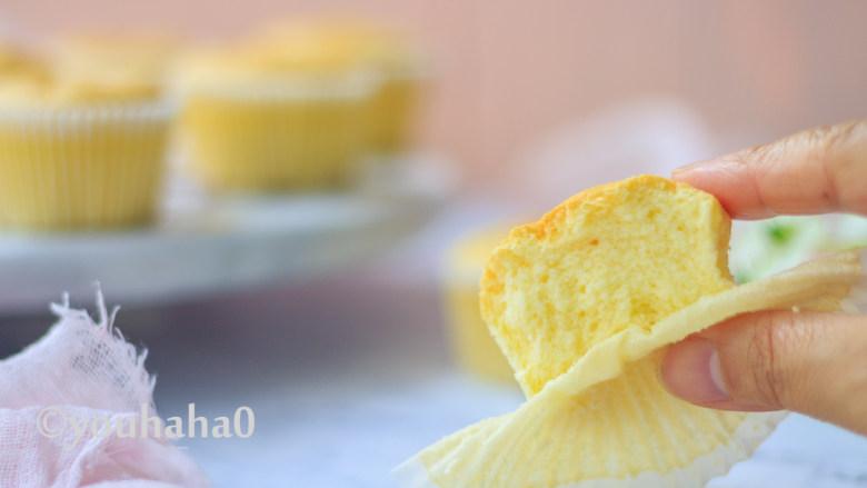 酸奶纸杯蛋糕,这款小蛋糕口感非常湿润,可以媲美乳酪蛋糕,糖已经减到最低,口感很清淡。