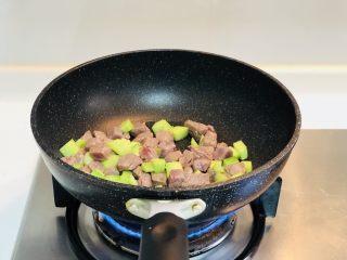 青瓜牛肉粒,颠锅等待牛肉变色