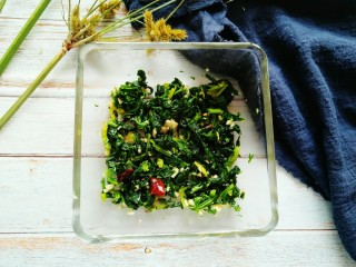 凉拌芹叶,一道小凉菜就完成啦,非常好吃哦。